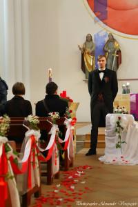 Жених в церки ждет невесту у алтаря