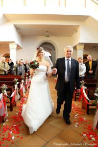 невеста с отцом входит в церковь