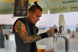 Koktebel Jazz Festival, Джаз Коктебель 2016, бармен наливает пиво, татуировки