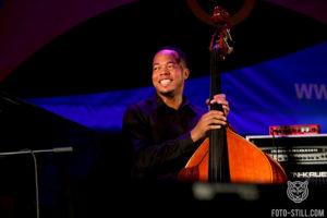 одесса джаз фест, одесса джазфест, фото, одела джаз фест, одесаджазфест, черный джазмен, негр музыкант, американский джазовый исполнитель, негр с контрабасом,
