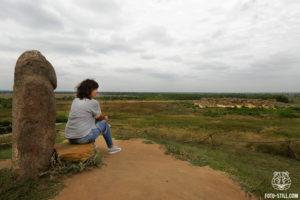 Каменная могила мелитополь, курган, каменная баба, красивая девушка сидит на камне, фото,